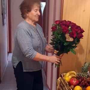 Букет красных роз т коробка фруктов фото вручения подарка