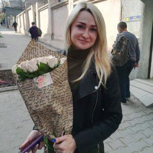 фото вручения букета 11 кремовых роз