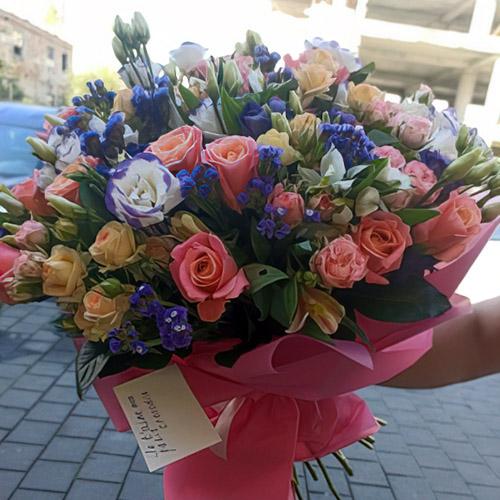 большой микс букет из роз и эустом фото