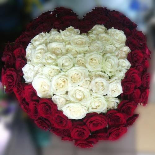 101 роза в виде сердца красное и белое фото