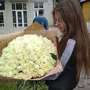 лучший способ сделать предложение руки и сердца - букет 101 белая роза