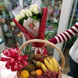 доставка букета 11 белый роз и корзина фруктов ко дню рождения