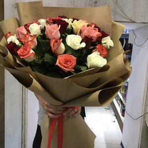 большой букет роз из 51 цветка разного цвета