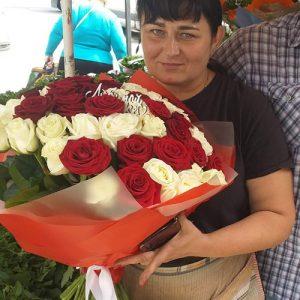 букет любимой жене 51 роза микс (красная и белая) вручение в Житомире.